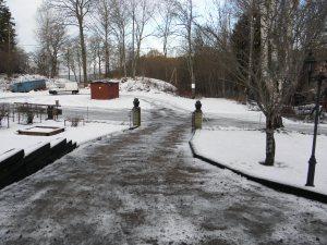 Nu när det var dags att köra till verkstaden i Sollebrunn, då värmepumpen lagt av, så var inte vädrets makter med oss. Först snöade det ett par dagar, sedan kom mildväder och regn, vilket resulterade i en isig uppfart. Hittade som tur var sand som spriddes på uppfarten.