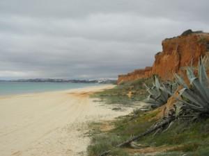 Fina klippor och Albufeira i bakgrunden