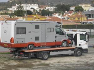 En holländare som åkte härifrån igår, kom tillbaka med en annan lastbil, sov här inatt och hämtades igen nu på morgonen.